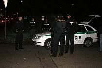 Pracovníci inspektorátu brněnské cizinecké policie kontrolují cizince, který  vezl padělky textilu světových značek.