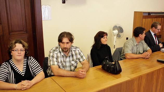 Manželé Čermákovi (vlevo) a Jaroslava Trojanová s Liborem Brožou (vpravo) u brněnského soudu.
