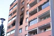Osmdesát lidí museli v neděli večer kvůli požáru evakuovat hasiči z osmipatrového domu v brněnských Kohoutovicích. Při požáru se navíc zranila majitelka vyhořelého bytu.