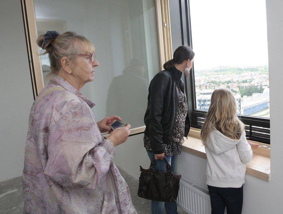 Den otevřených dveří v nejvyšší budově České republiky, brněnském AZ Toweru v červnu 2013.
