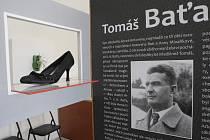 Architektonické řešení výstavy využívá úryvků z textů baťovců, reklamních sloganů i různých typů bot z dílny legendární obuvnické firmy.