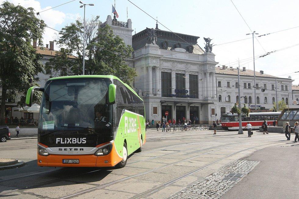 Dopravní situace před vlakovým hlavním nádražím a hotelem Grand v Brně.