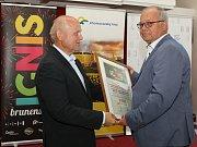Vyhlášení výsledků soutěžních ohňostrojů festivalu Ignis Brunensis. Na snímku vlevo generální ředitel společnosti Snip & Co Jiří Morávek a zástupce polského týmu Surex.