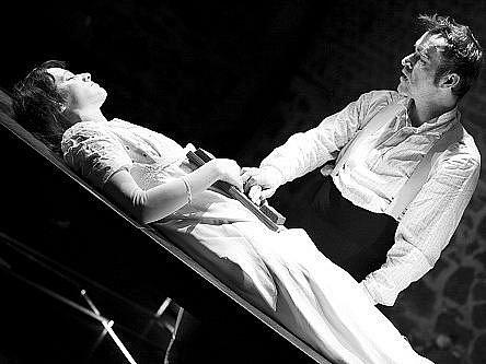 Petra Bučková a Jan Kolařík ztvárňují v adaptaci Dostojevského povídky Něžná mladou dívku a bývalého důstojníka.