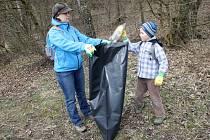 Staré oblečení, kabelka, papíry i plasty. Jen malý výčet toho, co našlo více než čtyřicet dobrovolníků, kteří se v sobotu dopoledne vydali vyčistit potok Říčku v Mariánském údolí v brněnské Líšni.