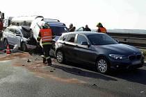 V pondělí kolem půl deváté ráno se na 207. kilometru ve směru na Prahu poblíž Tvarožné srazila čtyři auta. Dva lidé jsou lehce zranění.