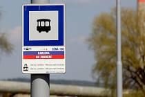 MHD zastávka na znamení Dopravního podniku města Brna. Ilustrační foto