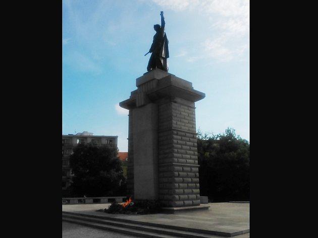 Brňané upozornili v pondělí po osmé hodině ráno hasiče na hořící věnce pod sochou rudoarmějce na Moravském náměstí.