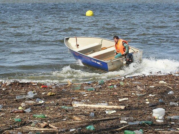 Momentálně z Přehrady mizí nečistoty a odpadky, které se tu za zimu nashromáždily.