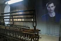 Součástí výstavy je také soukací a snovací stroj.