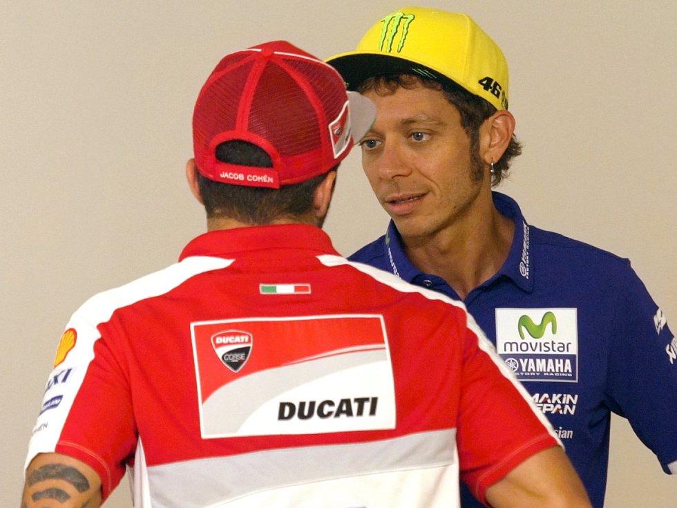 Tisková konference před brněnskou motocyklovou Velkou cenou. Vpravo Valentino Rossi.