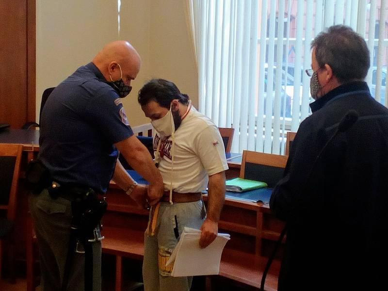 Za dvojnásobnou loupežnou vraždu v Břeclavi dostal recidivista Antonín Štaubert u Krajského soudu v Brně výjimečný trest 30 let ve věznici se zvýšenou ostrahou.