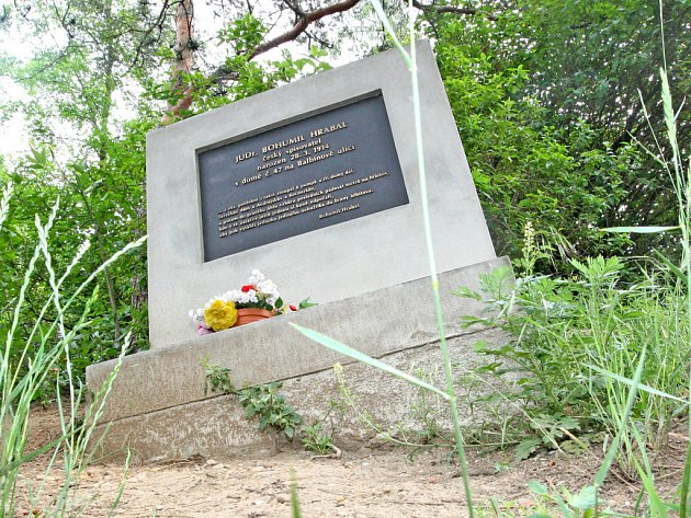 Pomník Bohumila Hrabala v brněnských Židenicích.