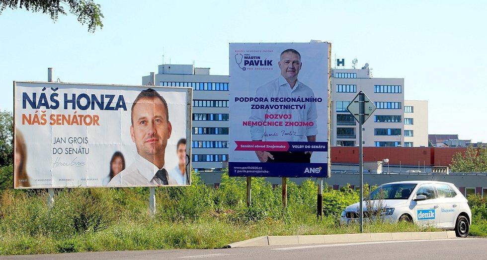 Konkurenti. Starosta Znojma Jan Grois a ředitel Nemocnice Znojmo Martin Pavlík na sousedících billboardech u silnice ke znojemské nemocnici. Oba kandidují do Senátu.