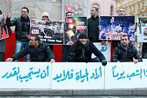 Několik desítek mladých Tunisanů žijících v Brně se vydalo ve čtvrtek ve čtyři hodiny odpoledne na brněnské náměstí Svobody. Sešli se tam, aby projevili solidaritu s revolucí v Tunisku a oslavili příchod svobody a konec diktatury.