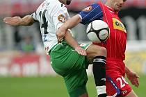 Fotbalové utkání 1. FC Brno s Jabloncem - Petr Pavlík (vlevo).
