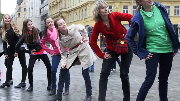Stepaři na brněnském náměstí Svobody vytančili nový český rekord. Akce byla zahájením tradičního Mezinárodního stepařského festivalu.