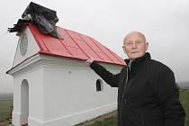 Z kaple Panny Marie Sněžné u Tvarožné ukradl zloděj kříž a měděné opláštění.