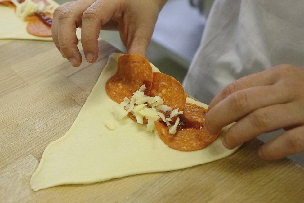 Studenti testovali své kulinářské dovednosti po boku zkušených mistrů.