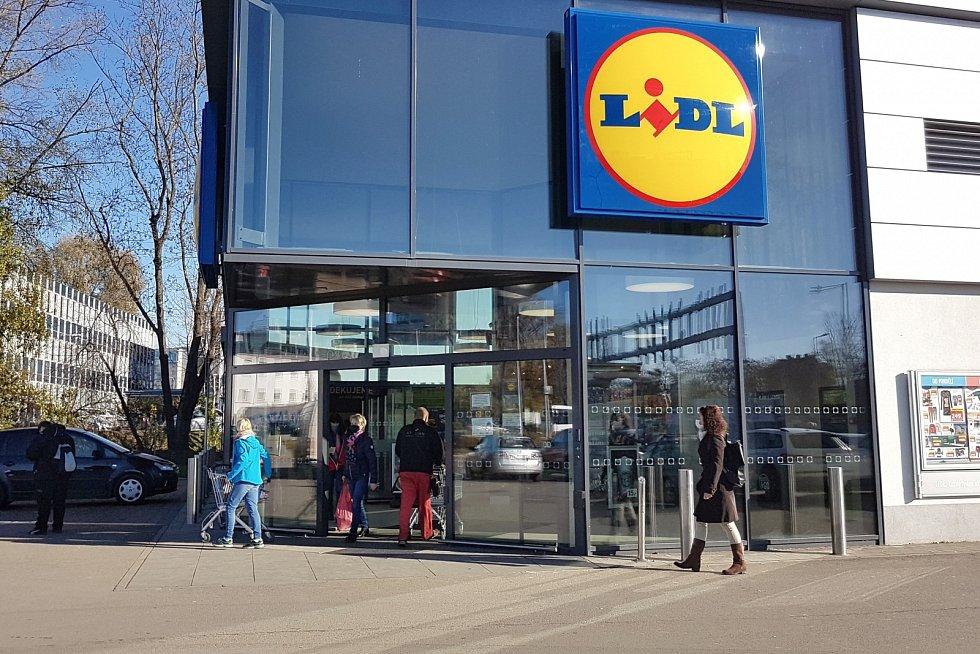 Nová pravidla platí od středy 18. listopadu pro provoz obchodů. Na snímku Lidl v Brně.