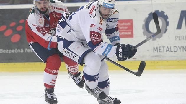 Hokejista Tomáš Vincour (v bílém).