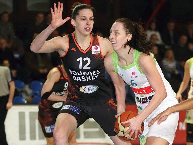 Basketbalistka Aneta Mainclová (v bílém).