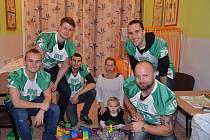 Hráči amerického fotbalu z Alligators Brno navštívili pacienty Dětské nemocnice Fakultní nemocnice Brno. Přinesli jim dárky.