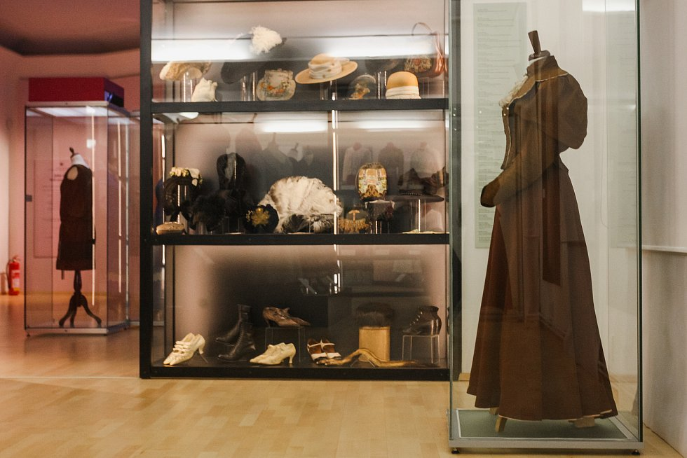 V Moravském zemském muzeu najdou návštěvníci výstavu mapující módu na přelomu devatenáctého a dvacátého století. Jmenuje se Jako růže.