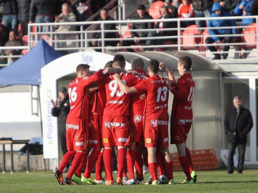 Fotbalisté Zbrojovky se radují z gólu.