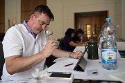 Skoro sedm set vzorků vín od 129 výrobců soupeří od středečního rána v prvním hodnotícím kole vinařské soutěže TOP77 vín.
