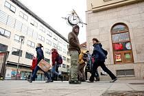 Křižovatka Joštovy a České ulice má svůj název i v hantecu. Jako místo srazů slouží přes sto let. Hodiny na nároží ulic vystřídaly neonového medvídka až v osmdesátých letech.