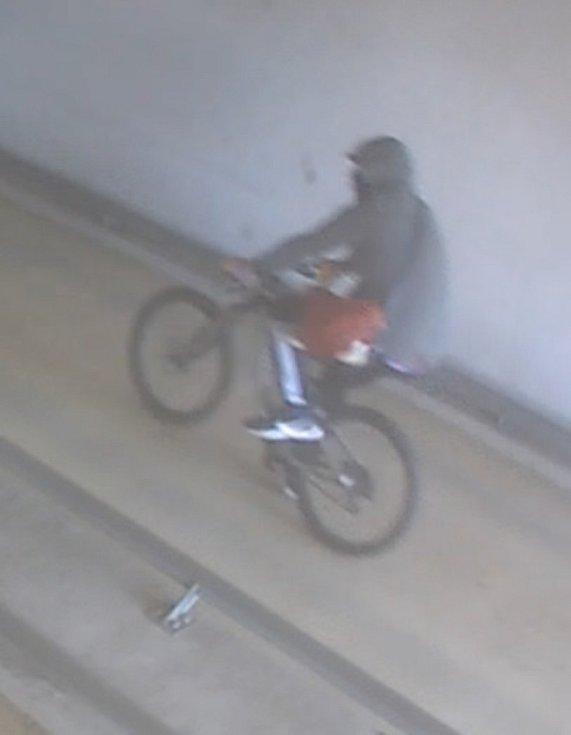 Agresor, který na začátku měsíce surově zaútočil na muže v podzemních garážích v Brně.