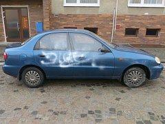 Neznámý pachatel v noci postříkal stříbrnou barvou auto stojící před rodinným domem ve vesnici na Ivančicku.