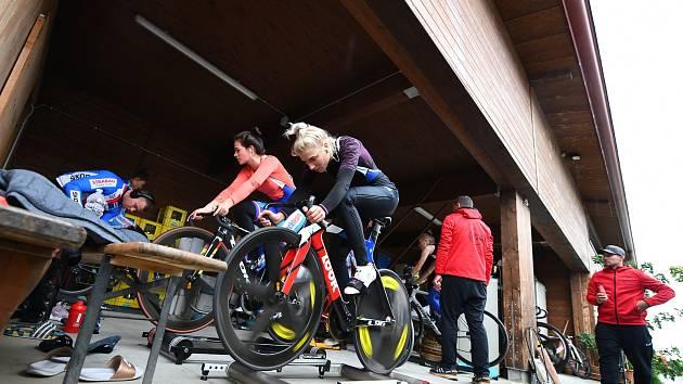 Dráhoví cyklisté Dukly Brno se před deštěm schovali pod střechou stodoly, aby mohli trénovat.
