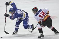 Hokejový zápas brněnské Komety (v modrém) se znojemskými Orly.