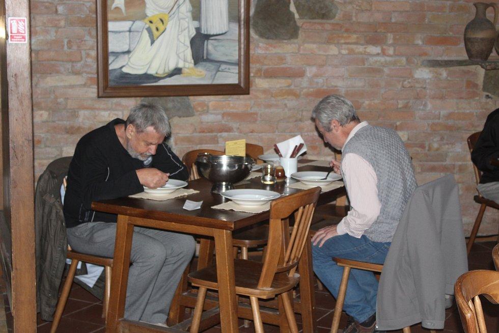 Po dvou a půl měsících se v pondělí otevřely hospody a restaurace v Brně. Většina z nich byla zaplněná ze třetiny až z poloviny, řada hostů dala přednost obědu na zahrádkách.