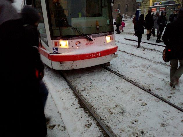 Sníh zasypal Brno. Tramvajím komplikovaly cestu zasněžené výhybky.