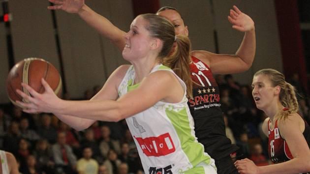 Basketbalistky brněnského Imosu (v bílém).