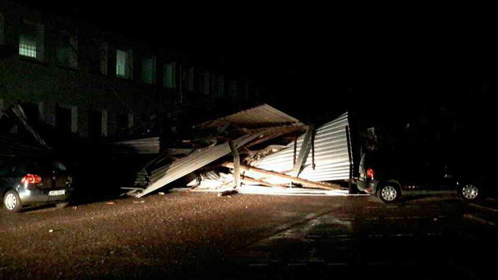 Jihomoravští hasiči od sobotního večera do pondělního rána měli kvůli silnému větru takřka dvě stě zásahů.