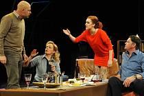 Postavy ze hry Jméno se sejdou na večeři, u které konzumují exotické pokrmy (na snímku zleva Viktor Skála, Alena Antalová, Viktória Matušovová a Martin Havelka).