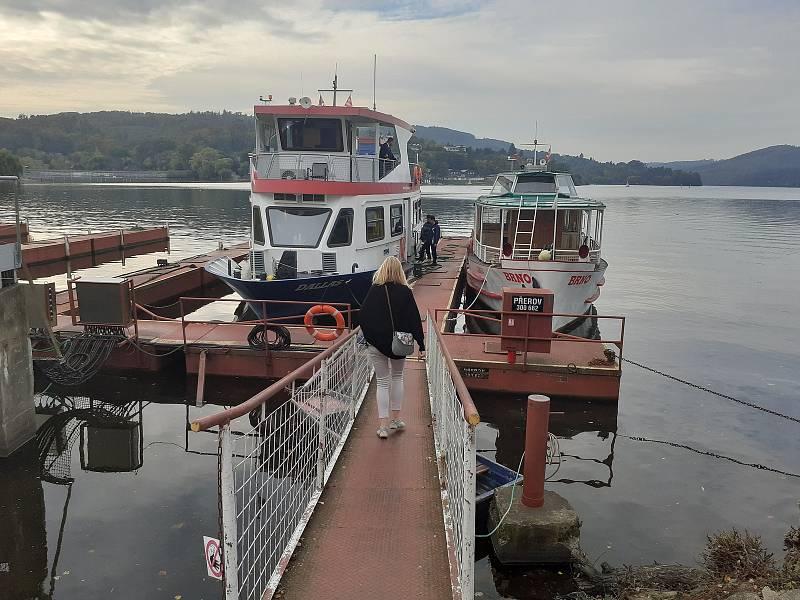 V neděli pracovníci brněnského dopravního podniku ukončili 75. plavební sezónu na Brněnské přehradě.