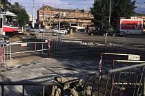 Zrušený přechod v křižovatce Nádražní a Hybešovy ulice v centru Brna.
