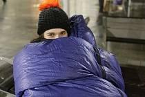 Na prostranství před kostelem svatého Tomáše a Místodržitelským palácem Moravské galerie v Brně si v noci ze čtvrtka na pátek zájemci vyzkoušeli spát v chladném počasí bez střechy nad hlavou. Tak jako bezdomovci.
