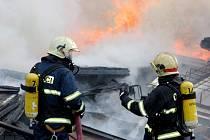 Hasiči hasí požár v brněnském Komárově, který vzplanul v místním kovošrotu