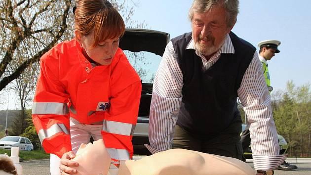 Policisté spolu se zástupci Českého červeného kříže v úterý vysvětlovali řidičům, jak správně provádět oživování u člověka, který nedýchá.