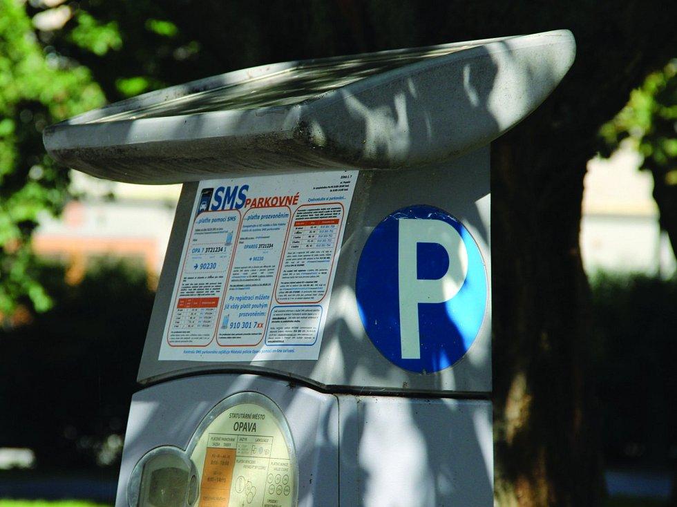 """Opava - Téměř rok je v provozu služba nazvaná SMS parkovné. Mnozí si systém pochvalují, ačkoliv parkování placené pomocí SMS je poněkud dražší. Najdou se i lidé, kteří se systémem mají špatnou zkušenost. """"Opavu dobře znám a tak jsem začal službu SMS parko"""