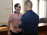 Krajský soud v Brně řeší případ bití ročního dítěte. Obžalovaným je jeho otec.