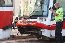Na zastávce Tkalcovská v brněnské ulici Cejl se po sedmé hodině ráno srazily dva vozy. Jeden z nich pravděpodobně nedobrzdil včas a narazil do tramvaje stojící před ní.