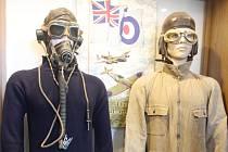 Vlevo je originální svetr letce a čestného občana Brna Otmara Kučery, který v něm absolvoval první sestřel nepřátelského letounu. Kučera se později stal stíhacím esem. Svetr je vystavený v brněnské kavárně Air Café.
