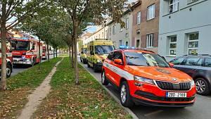 Při požáru koupelny v bytě na Karáskově náměstí bylo evakuováno osm osob
